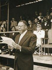 André-Marie Mbida lisant un discours.