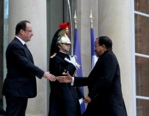 F. Hollande accueillant P. Biya sur le perron de l'Elysée. © elysee.fr
