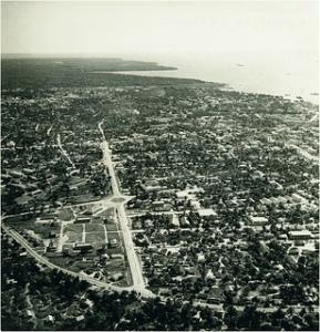Vue générale de la ville de Douala en 1960 Source: https://c1.staticflickr.com/9/8141/7650307532_f74af9eccb_n.jpg