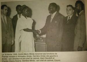 Ahidjo salue A.M. Mbida après sa prestation de serment le 18 février 1958. Merci à Ulrich Tadajeu (@ulrichtadajeu) pour la photo
