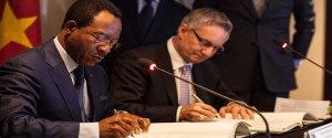 Les ministres Nganou Djoumessi (Cameroun) et Ed Fast (Canada) lors de la signature. © www.afriqueexpansion.com