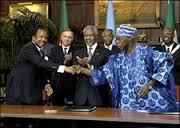 Le Président Paul Biya (à gaucheà serrant la main de son homologue nigérian (de l'époque) devant Koffi Annan (au centre) et les autres témoins © PRC