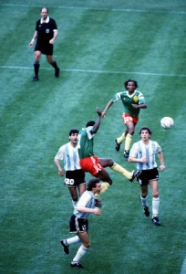 Tête d'Omam-Biyik lors du match d'ouverture de la coupe du monde 1990 en Italie © http://www.football-the-story.com/articles/cameroun