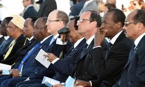 Le Président Biya (au centre avec des jumelles) lors de la cérémonie de commémoration du 70e anniversaire du débarquement de Provence ©journalducameroun.com