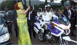 Chantal Biya saluant la foule à sa descente d'avion le 10 septembre 2012 à Yaoundé ©http://presidenceducameroun.com/home/index.php